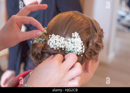 Bride,hair,hairstyle,brim,hairdresser,flower,flowers,veil,hairpin,hands,head,brown,beautiful,noble,ornate,day,in,life,celebratio - Stock Image