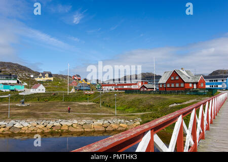 Footbridge and traditional wooden buildings in small town of Paamiut (Frederikshåb), Sermersooq, Greenland - Stock Image