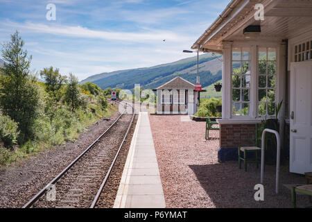 Station platform and Bunkhouse hostel at Bridge of Orchy station on the West Highland train line - Stock Image