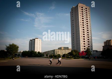 Fin d'apres midi à Pyongyang, des jeunes en rollers profitent du beau temps à Pyongyang le 9 octobre 2012. - Stock Image