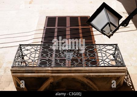 Schmiedeeiserner Balkon, Altstadt von Palma, Mallorca, Spanien. - Wrought-iron balcony, old town of Palma, Majorca, - Stock Image