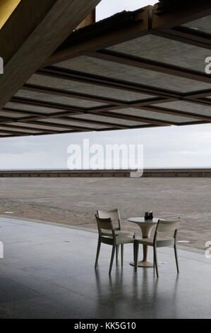 table chairs plastic furniture cheap bar bars for three 3 outdoor dining restaurant restaurants al fresco - Stock Image