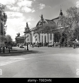 1950s, Paris, France, Off the Champs-Elysees at La Place Clemenceau,  this historical picture shows the exterior of the French art, museum, the magnificent Grand Palais, built for the Universal Exposition of 1900. - Stock Image