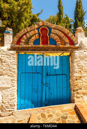 Brightly coloured gateway in Macharaviaya, mountain village and home to international artists, Province of Málaga, Andalusia, Spain. - Stock Image