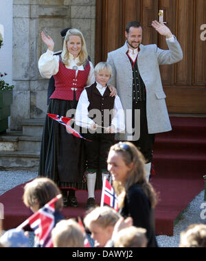 Crown Prince Haakon (R), Crown Princess Mette-Marit and her son Marius observe a procession of schoolchildren on - Stock Image