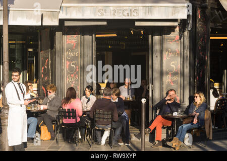 Patrons having drinks at Le Cafe St. Regis on the Ile Saint Louis in Paris, France. - Stock Image