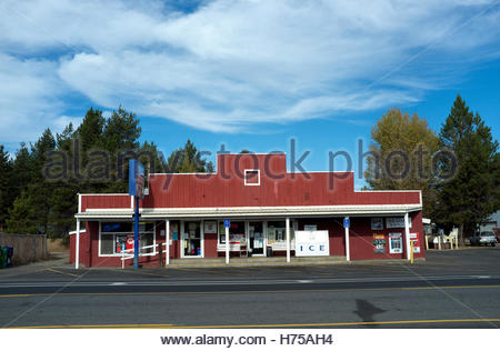 Roadside store on Highway 97, in settlement of La Pine in Deschutes County, Oregon, north west USA. - Stock Image