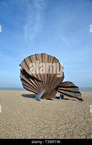 The Scallop sculpture on the beach at Aldeburgh. By local artist Maggi Hambling, it commemorates Benjamin Britten's association with the area. - Stock Image