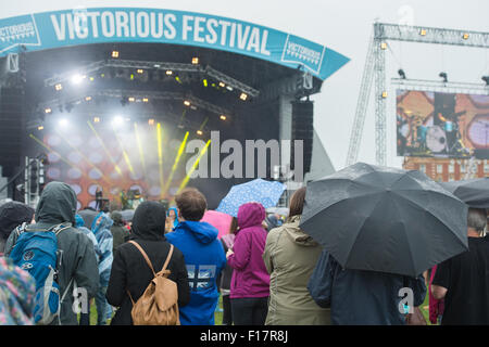 Portsmouth, UK. 29th August 2015. Victorious Festival - Saturday. Crowds dressed for the weather watch on at the - Stock Image