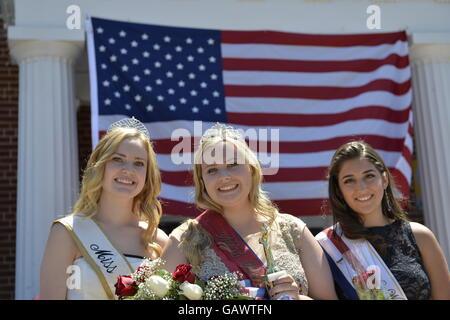 Wantagh, New York, USA. July 4, 2016. L-R,  KERI BALNIS, Miss Wantagh 2015; EMMA CAREY, Miss Wantagh 2016; and BRIANNA - Stock Image