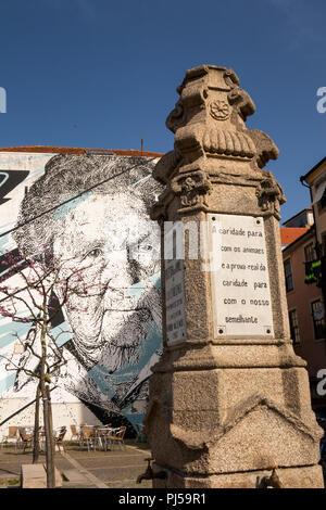 Portugal, Porto, Ribeira, Rua Novam da Alfandega, animal protection monument and mural on gable wall - Stock Image