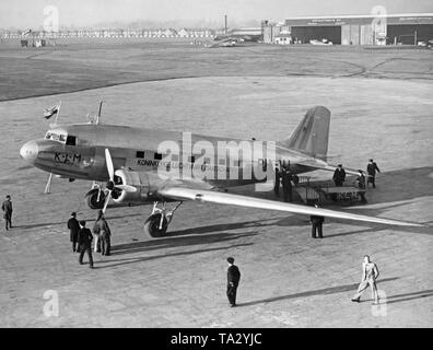 A Douglas DC-3 Dakota of the Dutch airline KLM (tail number PH-ALI, christening name 'Ibis') on the apron of the Croydon Airport in London. - Stock Image