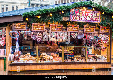 Heart-Shaped Gingerbread Cookies or Lebkuchen stall at Christmas market at Vienna's Rathaus, Austria. - Stock Image