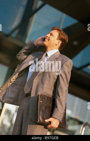 Young businessman talking on cell phone - Stock Image