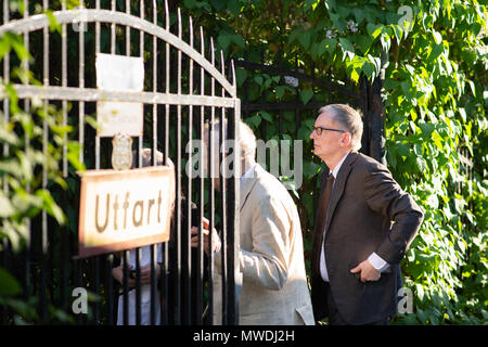 Stockholm, Sweden, May 31, 2018. Crisis in the Swedish Academy. Members of the Swedish Academy arrive at Bergsgarden, Djurgarden, Stockholm for late dinner after previous meetings at the Swedish Academy in the Old town, Stockholm. Anders Olsson, Permanent secretary pro tempore, arrives. Credit: Barbro Bergfeldt/Alamy Live News - Stock Image