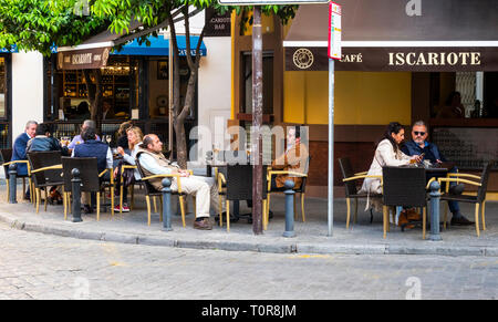 People having drinks at a sidewalk bar in Seville - Stock Image