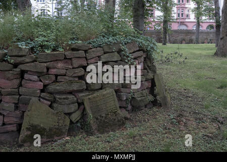 Grave headstones inside grounds of the Old Jewish Cemetery, Battonnstraße, 60311 Frankfurt am Main, Hesse, Germany - Stock Image
