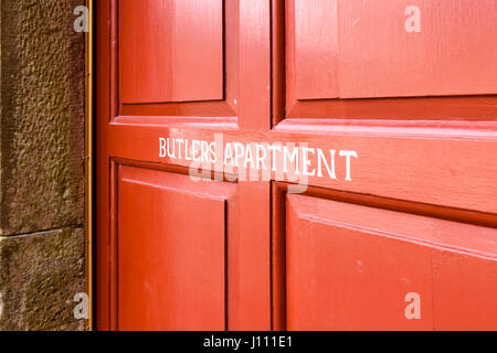 'Butlers apartment' sign painted on a door, with a missing apostrophe - Stock Image