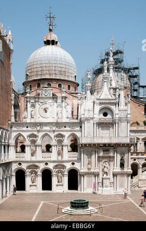 Basilica di San Marco St Marks Cathedral bronze vera di pozzo well from verandah of Palazzo Ducale or Doges Palace - Stock Image
