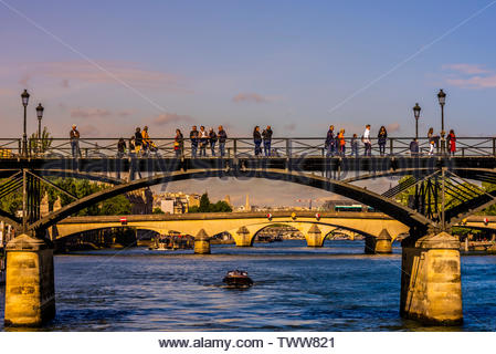 Pont des Arts (pedestrian bridge) over the River Seine, Paris, France. - Stock Image