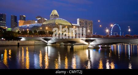 Skyline of Singapur, Esplanade, Marina Square, big wheel at twilight, South East Asia, twilight - Stock Image