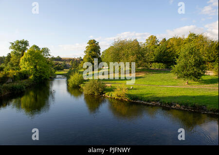 The beautiful scenery along the River Wye at Bakewell in the Peak District National Park, Derbyshire - Stock Image