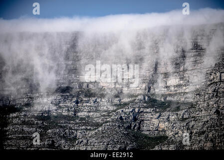 Orographic cloud, 'The Tablecloth', pouring over the face of Table Mountain in Cape Town, South Africa. - Stock Image