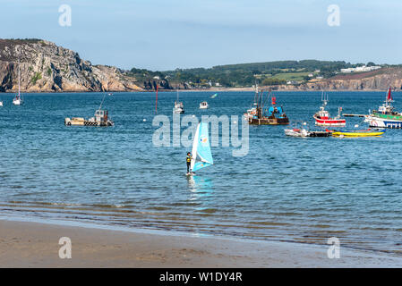 Morgat, France - August 4, 2018: Windsurfer in the beach of Morgat a sunny day of summer - Stock Image