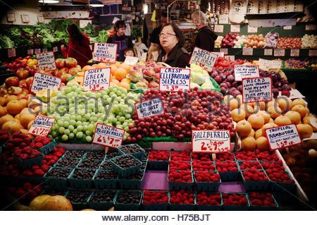 Fruit 'n' veg stall at Pike Place Market, Seattle, Washington State, north west USA. - Stock Image