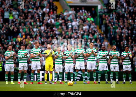 Players take part in a minutes applause for former Celtic player Stevie Chalmers prior to the beginning of the Ladbrokes Scottish Premiership match at Celtic Park, Glasgow. - Stock Image