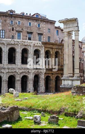 Europa, Italien, Latium, Rom, Das Theater des Marcellus (Teatro Marcello, 13 v. Chr.), rechts die Überreste des Tempels des Apollo Sosianus (431 v. Ch - Stock Image