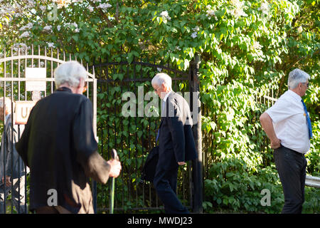 Stockholm, Sweden, May 31, 2018. Crisis in the Swedish Academy. Members of the Swedish Academy arrive at Bergsgarden, Djurgarden, Stockholm for late dinner after previous meetings at the Swedish Academy in the Old town, Stockholm. Jesper Svenbro arrives. Credit: Barbro Bergfeldt/Alamy Live News - Stock Image