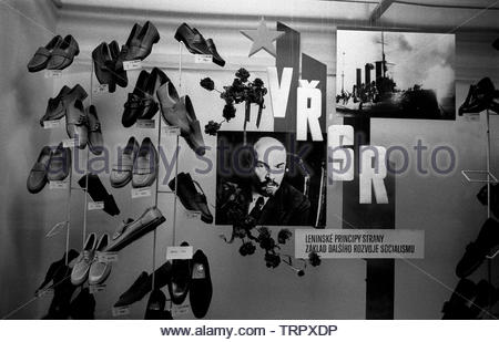 Czechoslovakia, Prague,1989 during the Velvet Revolution, the fall of communism in Eastern Europe. A photograph of Lenin and the battleship Aurora in a Bata shoe shop window.  COPYRIGHT PHOTOGRAPH BY BRIAN HARRIS  © 07808-579804 - Stock Image