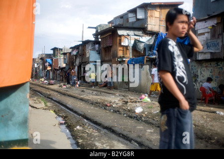 A squatter community along railroad tracks in Manila, Philippines. - Stock Image