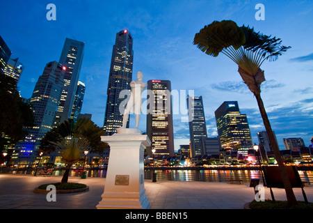 Skyline of Singapur Raffles Statue South East Asia twilight Singapore - Stock Image