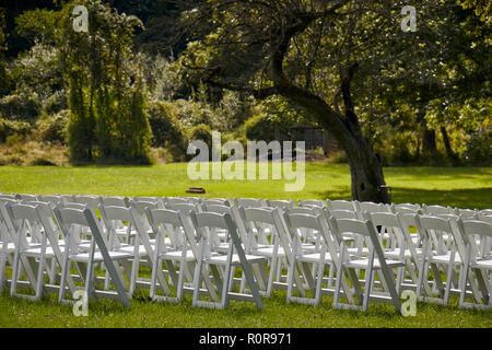 white folding chairs lined up for an outdoor wedding ceremony. Rock Ford, Lancaster County Central Park, Lancaster, Pennsylvania, USA - Stock Image