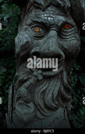 Holzfratze mit leuchtenden Augen - Stock Image