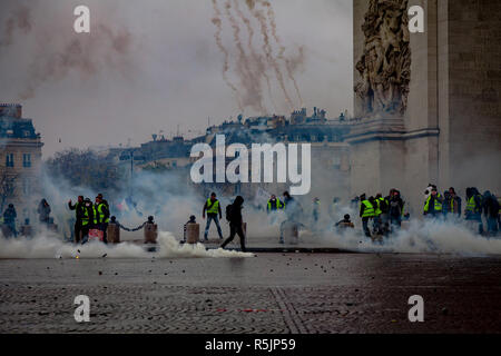 Paris, France. 1st December, 2018. Protesters and police forces fighting at  during the Yellow Vests protest against Macron politic. Credit: Guillaume Louyot/Alamy Live News - Stock Image
