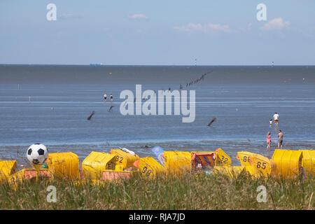 Sandstrand mit Strandkörben, Watt in Cuxhaven-Duhnen, Nordseeheilbad Cuxhaven, Niedersachsen, Deutschland, Europa - Stock Image
