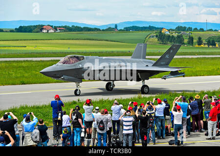 Spotters welcoming a Lockheed Martin F-35A Lightning II fighter jet of the US Air Force,the Payerne military airfield, Switzerland - Stock Image