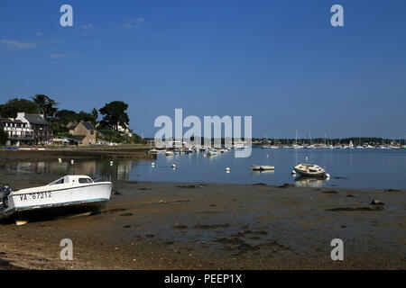 Beach at low tide with boats moored at Rue Benoni Praud, Ile Aux Moines, Morbihan, Brittany, France - Stock Image