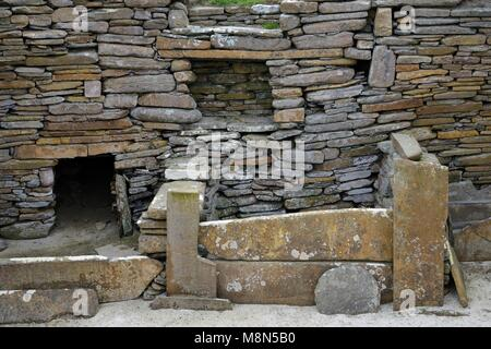 Skara Brae Stone Age Neolithic village at Skaill, Orkney, Scotland. Interior detail of stone box bed and alcoves - Stock Image