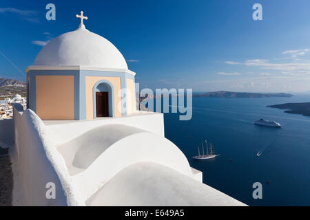 Church and cruise ship, Fira, Santorini (Thira), Cyclades, Greece - Stock Image