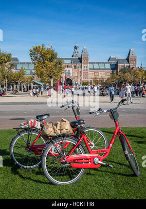 Bicycles on meadow with Rijksmuseum on the back - Stock Image
