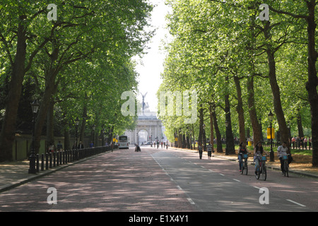 Constitution Hill towards Wellington Arch London - Stock Image
