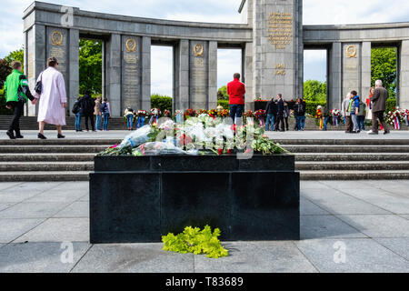 Germany, Berlin, Tiergarten, 8th May 2019, Soviet soldiers are remembered in a wreath-laying ceremony on the anniversary of VE Day on the 8 May. Official bodies lay floral wreaths and people deposit floral tributes and candles around the monument. The Soviet Memorial in Tiergarten commemorates the 80,000 Soviet soldiers who fell during the Battle of Berlin in the last weeks of the Second World War in Germany. The war memorial on Straße des 17. Juni was designed by architect Mikhail Gorvits with the sculpture of the Soviet soldier by sculptors Vladimir Tsigal and Lev Kerbel. - Stock Image