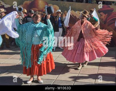 Cholitas dancing in El Alto, La Paz, Bolivia - Stock Image