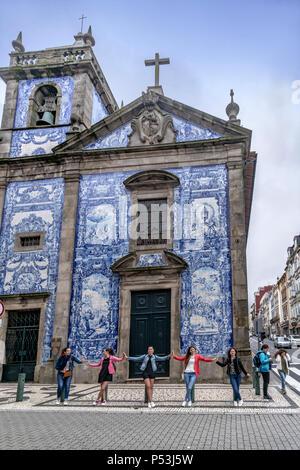 Capela das Almas church, group of girls posing, Porto, Portugal - Stock Image