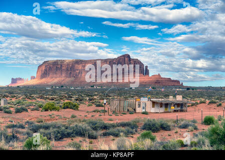 Abandoned tourist shop, note the large 'dream catcher' with Navajo settlement in the background. Arizona - Stock Image