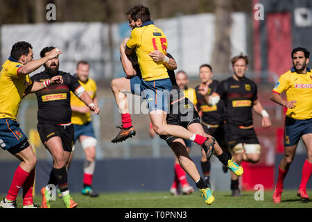 17 March 2019, North Rhine-Westphalia, Köln: Richard Stewart (Spain, 15) is attacked in the air by Vito Lammers (Germany, 13) when he receives the ball. Fifth match of the Rugby Europe Championship 2019: Germany-Spain on 17.03.2019 in Cologne. Photo: Jürgen Kessler/dpa - Stock Image